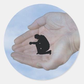 Persona en rezo, en las manos de dios pegatinas redondas