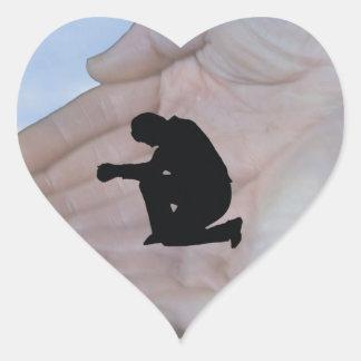 Persona en rezo, en las manos de dios calcomanía de corazón