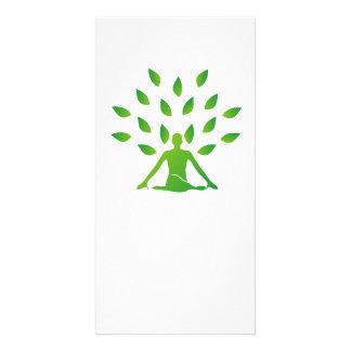 Persona meditating debajo de un árbol tarjeta fotográfica personalizada