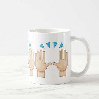 Persona que aumenta ambas manos en la celebración taza de café