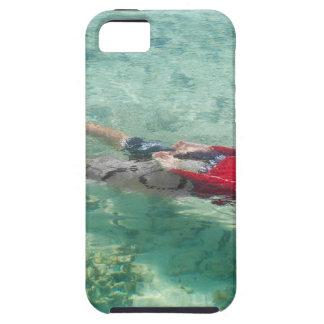 Persona que bucea en agua clara iPhone 5 cárcasa
