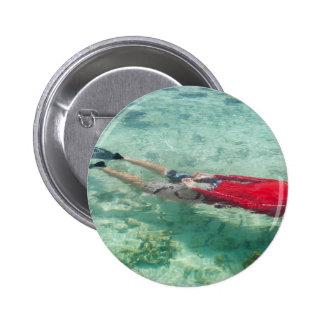 Persona que bucea en agua clara pin