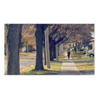 Persona que camina abajo de la calle residencial tarjetas de visita