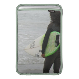 "Persona que practica surf 11"" manga de MacBook Fundas Para Macbook Air"