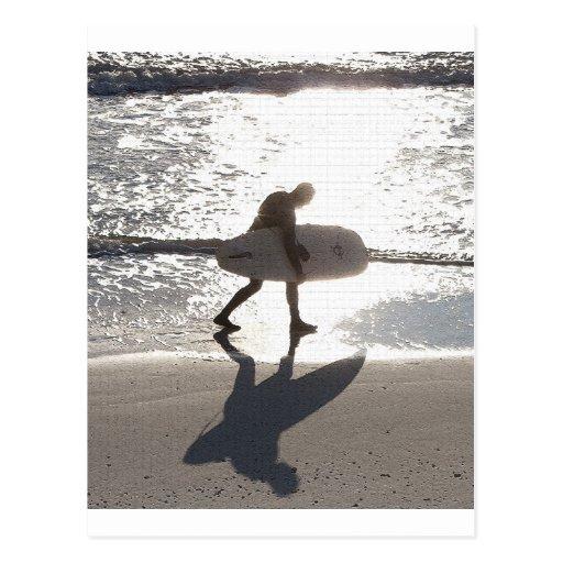 Persona que practica surf 2 tarjeta postal