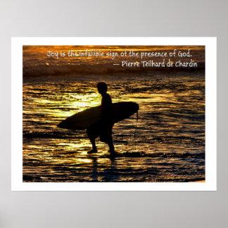 Persona que practica surf alegre en la puesta del  póster
