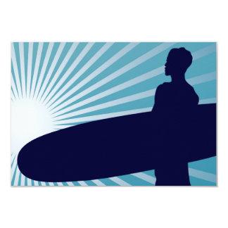 persona que practica surf altísima invitación