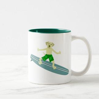 Persona que practica surf amarilla del labrador taza de dos tonos