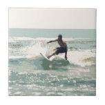 Persona que practica surf azulejo cerámica