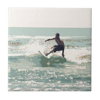 Persona que practica surf azulejo cuadrado pequeño
