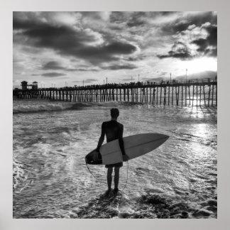 Persona que practica surf cerca del embarcadero de posters