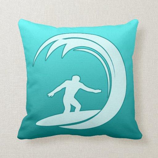 Persona que practica surf cojin