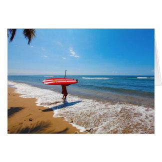 Persona que practica surf con el tablero rojo. Mau Tarjeta De Felicitación