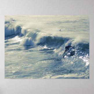 Persona que practica surf de California Póster