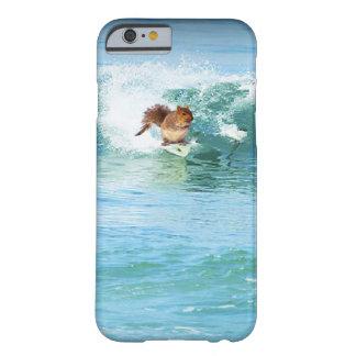 Persona que practica surf de la ardilla en el mar funda de iPhone 6 slim