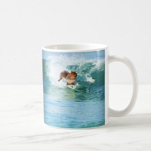 Persona que practica surf de la ardilla en el mar taza básica blanca