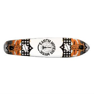 Persona que practica surf de la calle de los motor monopatines personalizados