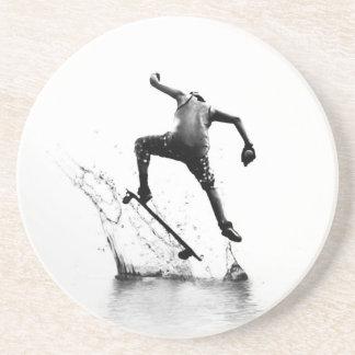 Persona que practica surf de la ciudad posavasos diseño