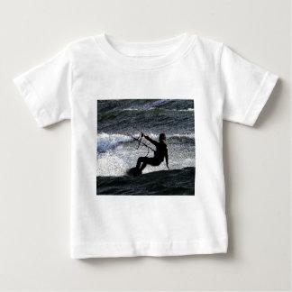 Persona que practica surf de la cometa playera de bebé
