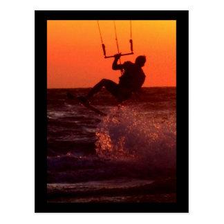 Persona que practica surf de la cometa tarjetas postales