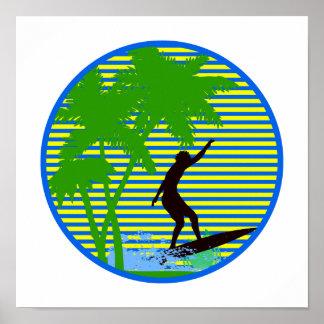 Persona que practica surf de la isla póster