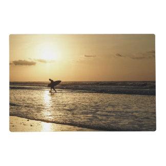 Persona que practica surf de la mañana tapete individual