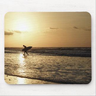 Persona que practica surf de la mañana tapetes de raton