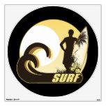 Persona que practica surf de la puesta del sol