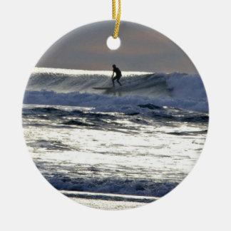 Persona que practica surf de la puesta del sol ornamentos para reyes magos