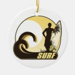 Persona que practica surf de la puesta del sol ornamento para arbol de navidad