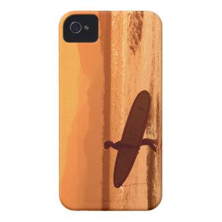 Persona que practica surf de la puesta del sol del Case-Mate iPhone 4 protectores