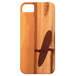 Persona que practica surf de la puesta del sol del iPhone 5 carcasas