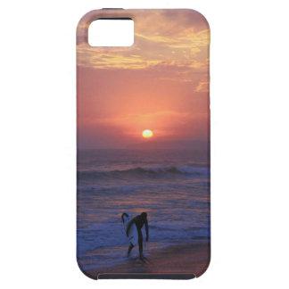 Persona que practica surf de la puesta del sol iPhone 5 fundas