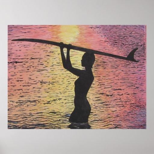 Persona que practica surf de la puesta del sol póster