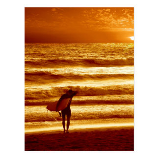 persona que practica surf de la puesta del sol tarjeta postal