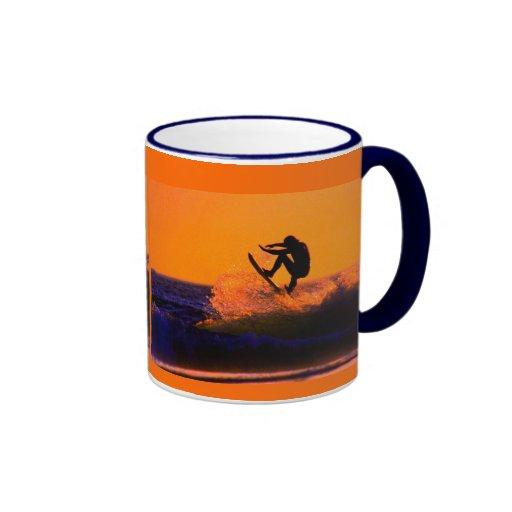Persona que practica surf de la puesta del sol taza de café