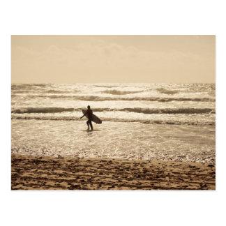 Persona que practica surf de Newquay en la postal