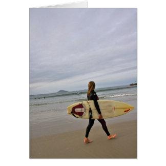 Persona que practica surf de sexo femenino en la p tarjeta