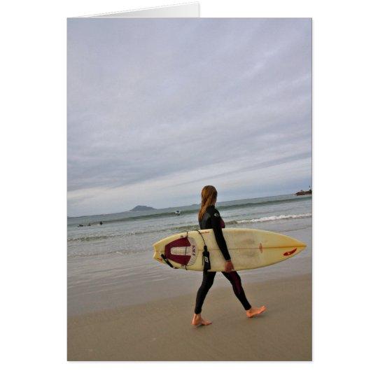 Persona que practica surf de sexo femenino en la tarjeta de felicitación