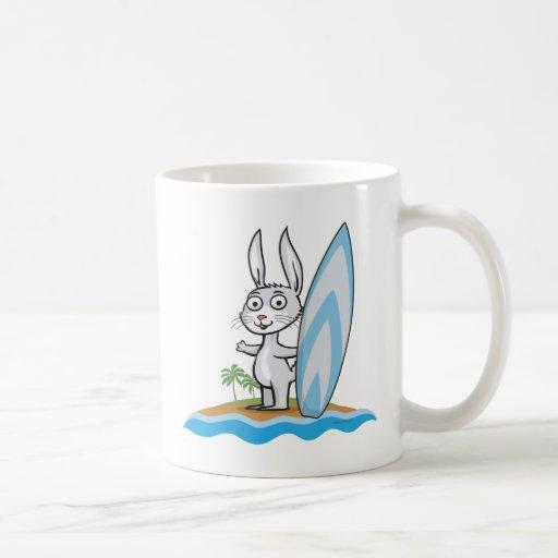Persona que practica surf del conejito taza básica blanca