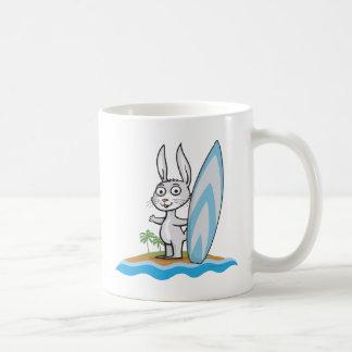 Persona que practica surf del conejito taza de café