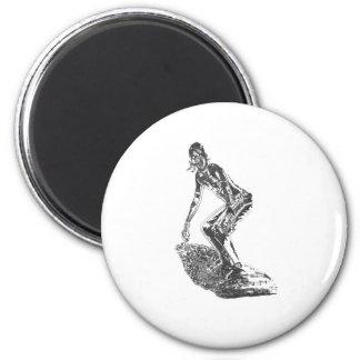 Persona que practica surf del cromo imán redondo 5 cm