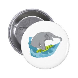Persona que practica surf del elefante pin
