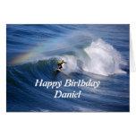 Persona que practica surf del feliz cumpleaños de  felicitación