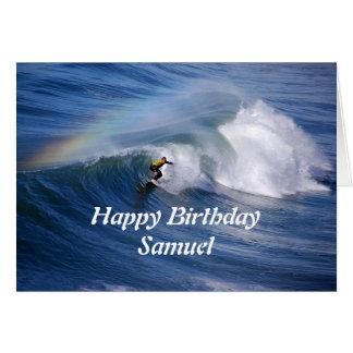Persona que practica surf del feliz cumpleaños de tarjeton