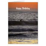 Persona que practica surf del feliz cumpleaños en  felicitación