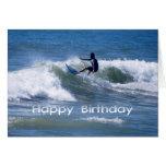 Persona que practica surf del feliz cumpleaños que felicitación