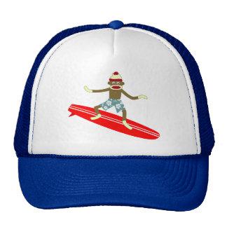 Persona que practica surf del mono del calcetín gorro