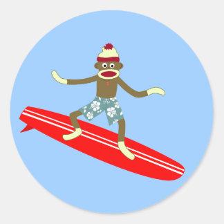 Persona que practica surf del mono del calcetín pegatina redonda
