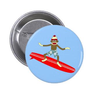 Persona que practica surf del mono del calcetín pins